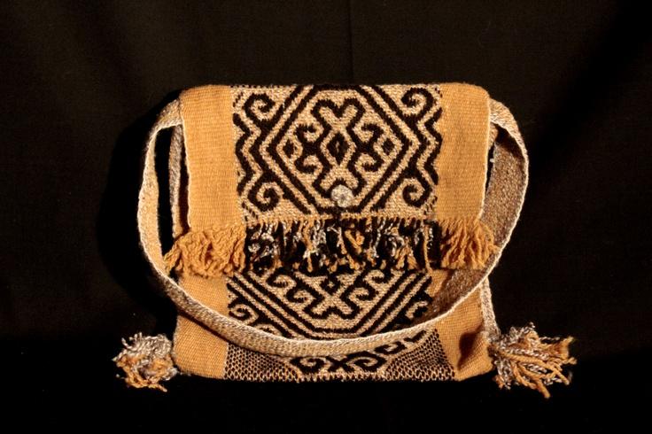 Pieza tradicional mapuche teñida con tintes naturales