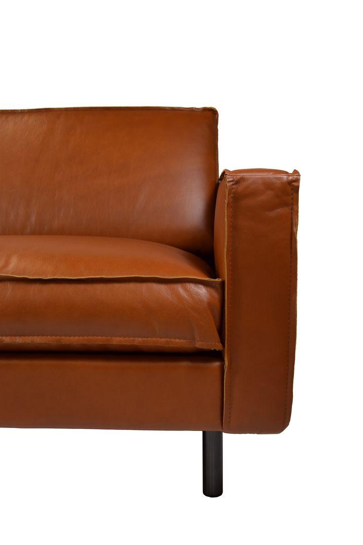 Modernes Luxussofa Feinstes, italienisches Anilinleder wurde hier zu einer bequemen Wohlfühloase verarbeitet. Die kubische Form ergibt das männlich markante Äußere. Das auffälligste Designmerkmal ist die sichtbare Naht, die den...