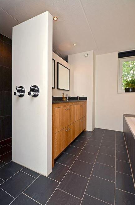 Maatwerk massief eiken  houten badkamermeubel met granieten werkblad - The Living Kitchen by Paul van de Kooi