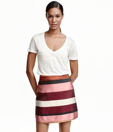 Burgundy/striped. Short skirt in jacquard-weave fabric with concealed zip and button at back. Lined.