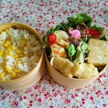 前日の夕食のおかずだった天ぷらを詰めたお弁当。とうもろこしごはんとの組み合わせでボリュームたっぷり!