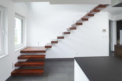 escalier quart tournant structure en bois suspendu sans contremarche nevio novum design. Black Bedroom Furniture Sets. Home Design Ideas