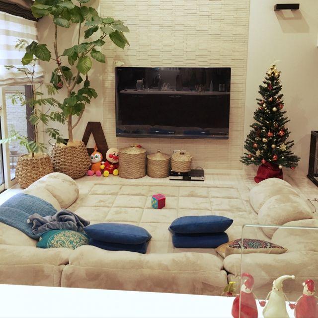 Achuさんの、リビング,シェードカーテン,ウンベラータ,キャンドルスタンド,クリスマスツリー,アジアンテイスト,壁掛けテレビ,カゴ収納,クリスマス準備,バリリゾート,こどもと暮らす。,アジア工房,ザラホームフォトフレーム,ローマ字オブジェ,アジアンミラー,のお部屋写真