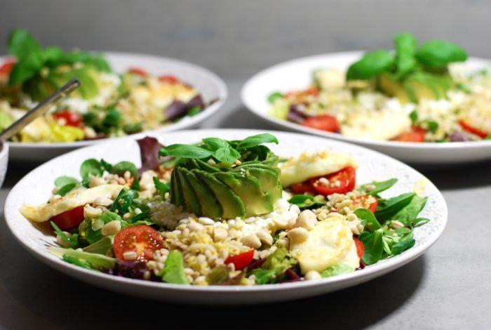 Hälsosallad med halloumi, bulgur, keso & avokado | Catarina Königs matblogg