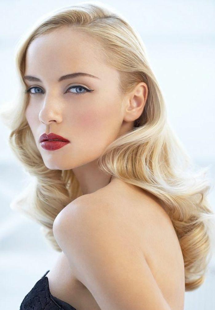 elegante dame mit mittellange blonde haare und retro frisur