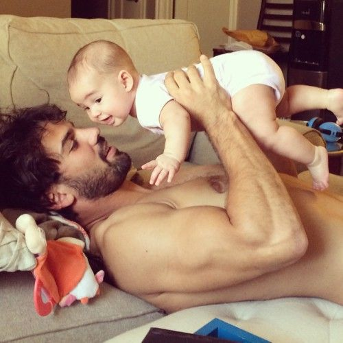 Eric Decker with daughter, he just got even more attractive.