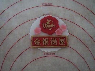 Använda formar för tex. choklad för att göra dekorationer till cupcakes