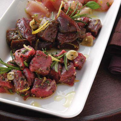 Rind-, Lamm- und Straußenfleisch wird für dieses edle Fleischfondue pikant mariniert.