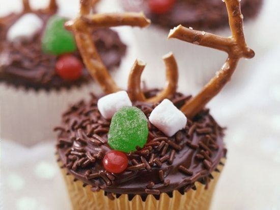christmas cupcakes for kids  PHOTO ONLY...frosting, pretzels, marshmallows, gumdrops, red hots, chocolate sprinkles