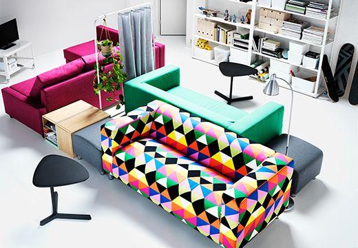 同じ3つのソファに、イケアのサイドテーブルやフットスツール、フロアランプ、ルームディバイダーをプラス。