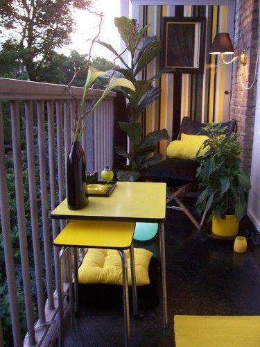 Déco et couleurs flashy pour faire vivre un petit balcon