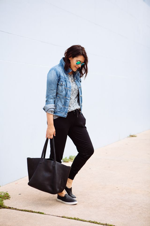 Z.B kit Blazer,Jeans oder Lederjacke oder auch dickem Strick …bischen Blinblig dazu oder hier schauen : 3 Ways to Wear Joggers by @kendieveryday