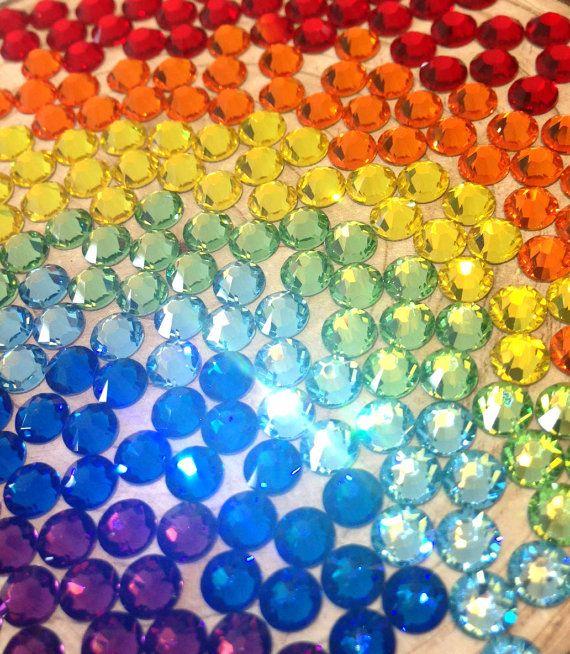 Deze regenboog kleur Swarovski kristallen zijn perfect voor uw DIY projecten... nu kunt u alle 7 kleuren in één pakket!  Geef uw accessoires nieuw leven door gemming hen met mooie sprankelende Swarovski kristallen! Gem uw handtas, zonnebril, hoge hakken, caps, converse sneakers en zelfs uw fiets voor een geheel nieuw uiterlijk! De mogelijkheden zijn eindeloos!  Pakket opties: 144pcs of 300pcs  Crystal kleuren in gemengde hoeveelheden: Lt Siam, zon, Citrien, Peridot, aquamarijn, Capri blauw…