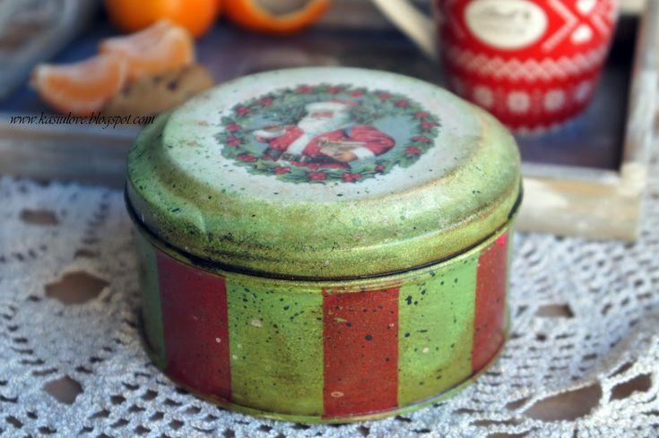 Boże Narodzenie - puszka na ciastka decoupage. Czerwono-zielone pasy i Mikołaj, lekko postarzane i przybrudzone, udaje vintage.  Christmas cookie tin - christmas decoupage.