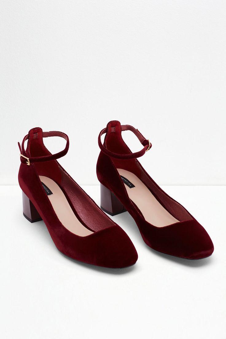 Zapato de terciopelo con pulsera al tobillo. Tacón grueso de 5cm de altura. | Zapatos | Cortefiel