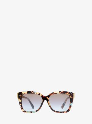 Nous savons tous qu'une paire de lunettes de soleil surdimensionnées est un essentiel glamour. Avec son motif classique d'écaille de tortue et une silhouette contemporaine en œil de chat, ce modèle est intemporel et tendance. Nous les aimons particulièrement avec des articles structurés de couleurs neutres.