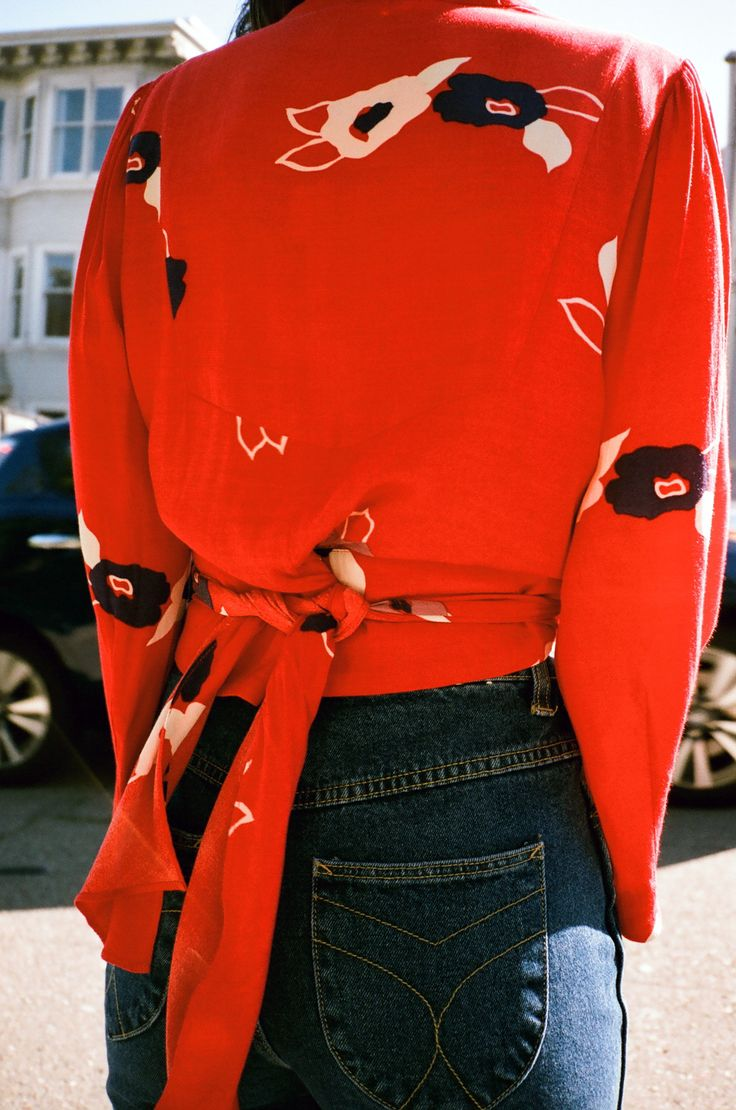 Roter Pullover mit Schleife