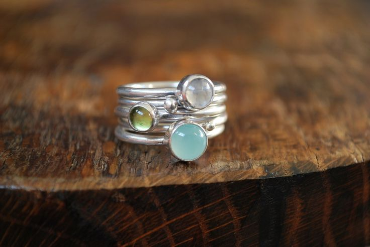 Bague 5 anneaux empilables pierre de lune,calcédoine et péridot : Bague par lili-marlowe