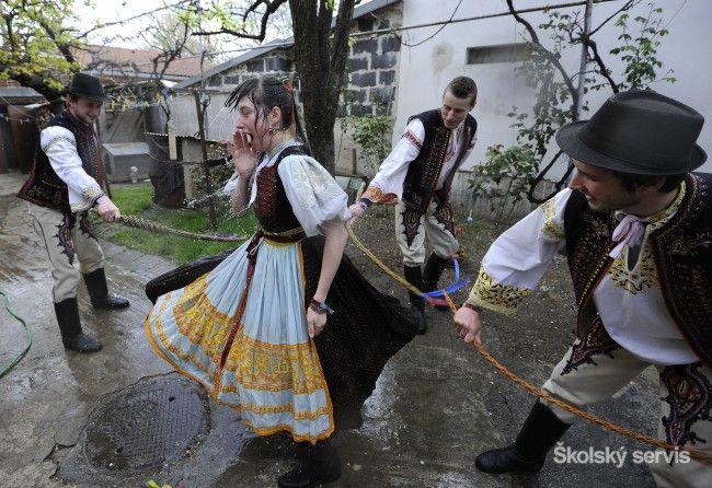 Veľkonočný pondelok sa u nás tradične spája s oblievačkou - Zaujímavosti - SkolskyServis.TERAZ.sk