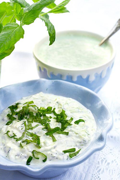 [ Tzatziki med mynta ] ½ gurka / salt / 4 dl grekisk yoghurt / 2 vitlöksklyftor / 2 msk mynta, färsk, hackad / 1 msk olivolja | (1) Riv gurkan på rivgärnets grova sida. Lägg gurkan i en sil, strö över lite salt, låt dra ca 20 min. (2) Pressa ur all vätska. Blanda gurka, yoghurt, vitlök, mynta och olivolja. Smaka av med salt. Klipp lite mynta över vid servering.