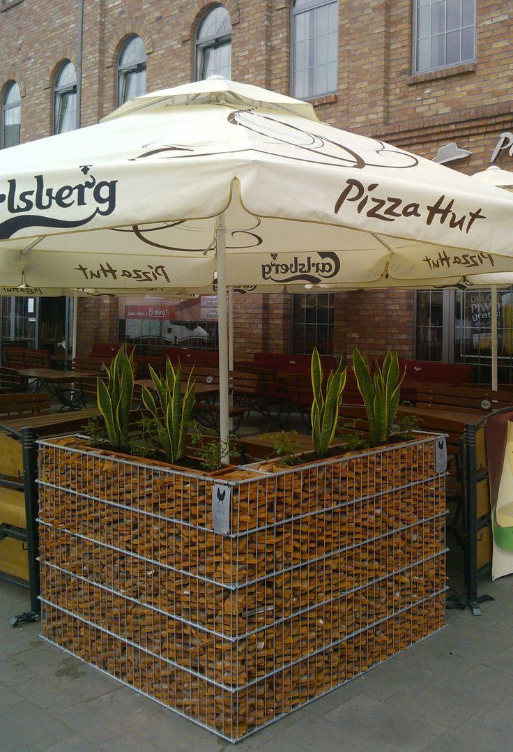 Inspirasjon | Veslemona - gabion blomsterbed utenfor pizza hut