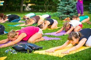 В день йоги тамбовчане смогут бесплатно позаниматься в усадьбе Асеевых.  21 июня отмечают международный день йоги. В Тамбове его отметят бесплатным занятием в усадьбе Асеевых. Под руководством тренера Натальи Абакумовой все желающие смогут изучить направление кундалини. Кундалини йога - одно из направлений йоги которое призвано поднять и активизировать энергию - кундалини. Для этого используют комплексы асан дыхательные упражнения и пропевание мантр. Начало занятий - в 8:00 а…