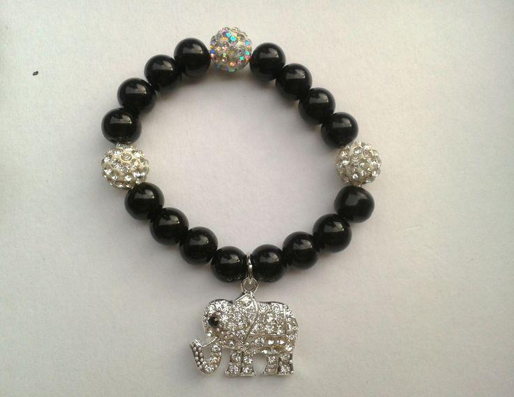 Pulsera de perlas negras y detalle de elefante