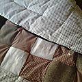 Comment faire une couverture / plaid toute douce, moelleuse en patchwork? Fournitures: - Un morceau de tissu pour la doublure extérieur...
