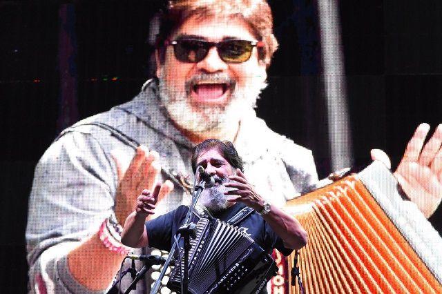 A los primeros sonidos del acordeón de Celso Piña, la gente inició el baile al ritmo de la cumbia colombiana del oriundo de Monterrey, ...