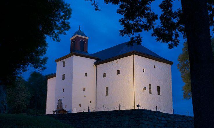 Torpa stenhus ligger vackert vid sjön Åsunden. (Heljö slott- Gårdarna runt sjön Sparre