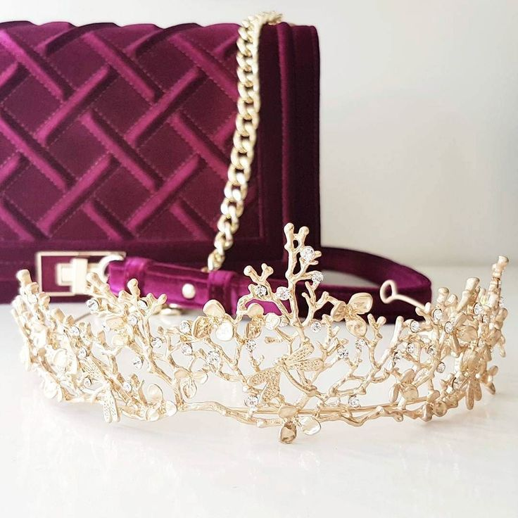Who else thinks these two colours work really well together? I think this would be a great look for the Races!  Shop FLORENCE gold tiara link in bio @elodielamarc