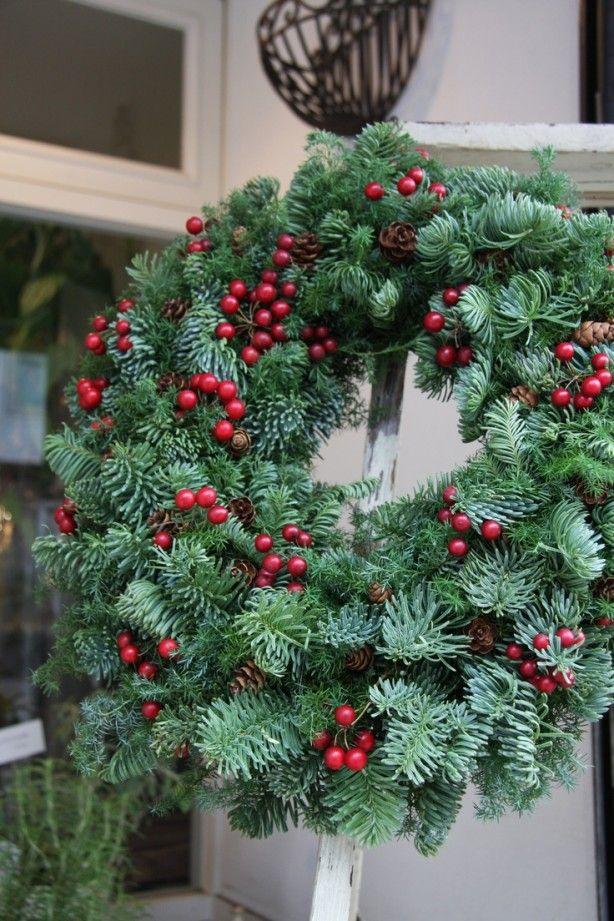 Doe-het-zelf decoraties voor een traditionele Kerst in klassieke kleuren.