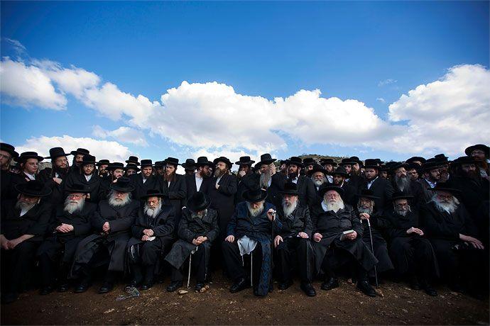 Un grupo de rabinos y judíos ultra ortodoxos realizaron un plantón, apoyando a varios de ellos que fueron detenidos por rechazarse a reportarse al centro de reclutamiento militar del Ejército de Israel.