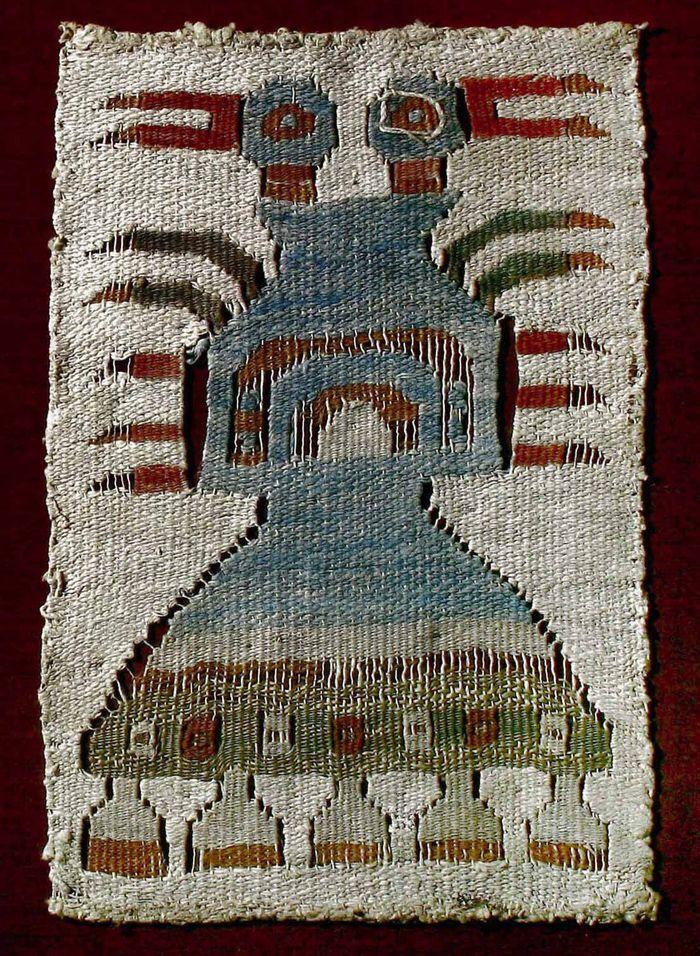 Museo Chileno de Arte Precolombino » Fragmento de bolsa. Tapiz ave bicéfala