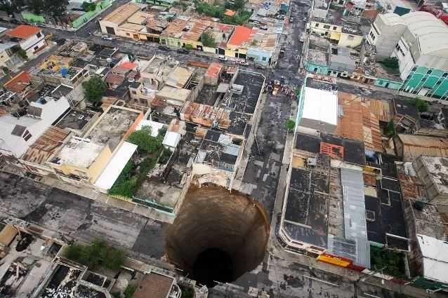 Воронка в Гватемале Глубина – 30 метров Воронка в Гватемале диаметров 20 метров и глубиной 30 метров образовалась внезапно и поглотила трехэтажное здание.