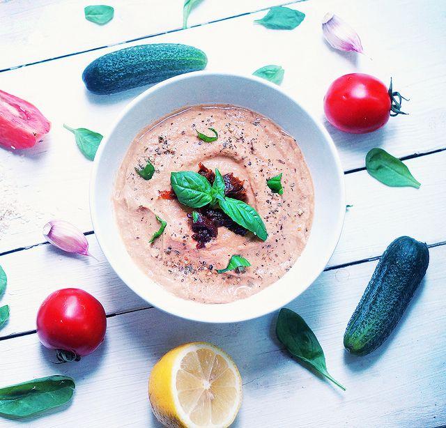 Хумус из кабачка и вяленых томатов