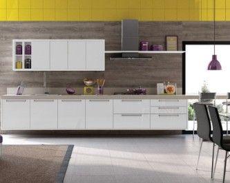 cozinha italínea barata com decoração e objetos nas cores roxa e amarela