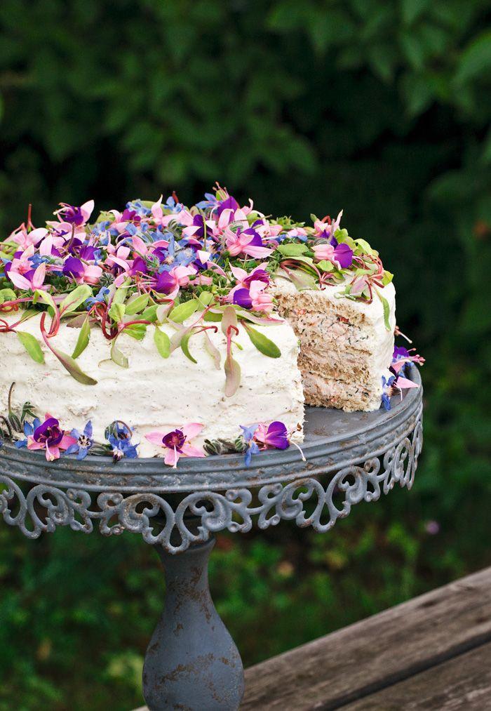 """Underbart god smörgåstårta med tonfiskröra och skaldjursröra. Ett """"strössel"""" av örter och blommor blir både vackert och gott!"""