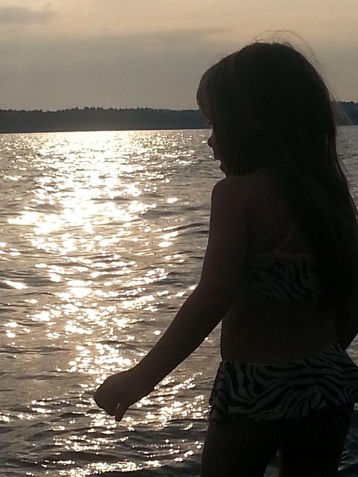 Sommarflicka i solnedgång