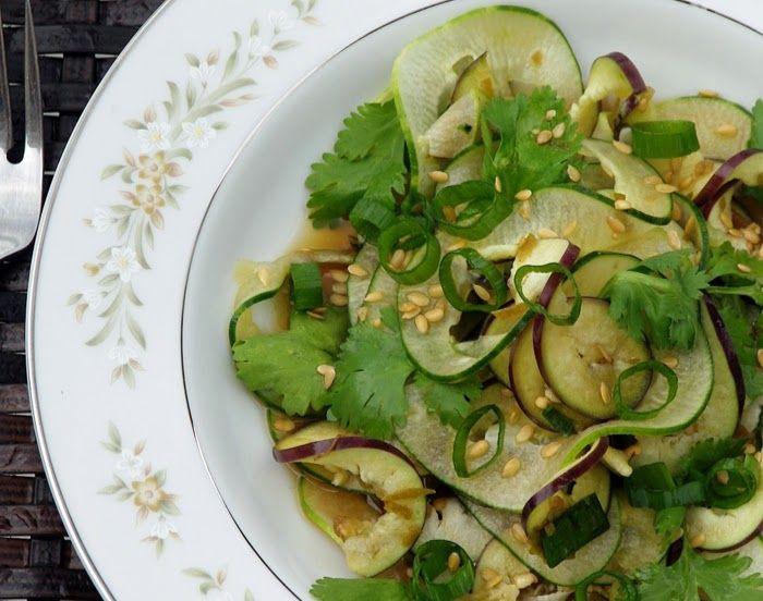 Sheildzini is een Japanse komkommer salade. Het is net als veel Japanse gerechten simpel om te maken maar wel erg smaakvol. Maak dit gerecht niet te lang van tevoren klaar, aangezien je dan kans hebt dat de komkommers klef worden. Als de buitenkant van de...