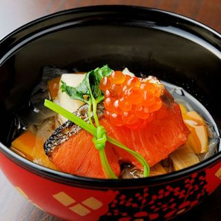 Ozoni is a traditional Japanese soup dish which contains rice cakes and Ikura, Sake fish, vegetables. 鮭といくらのおやこ雑煮