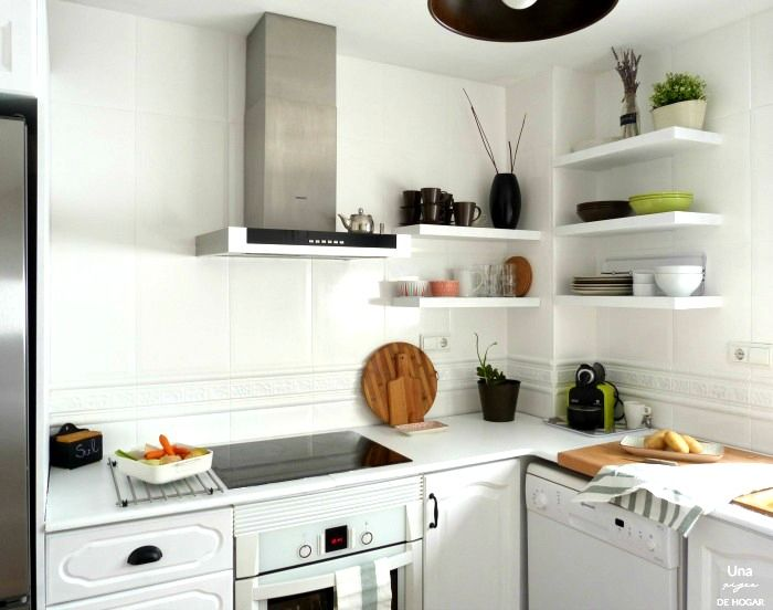 antes-después-cocina-sin-obras. Cocina pintada- encimera de mármol pintada- nuevos tiradores cocina