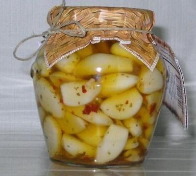 ngredienti: Ingredienti per 4 vasetti da 150 ml: 4 o 5 teste d'aglio fresco Aceto di Vino Bianco (mezzo litro) Vino bianco secco (mezzo litro) Alloro, 4 o 5 foglie Pepe o peperoncino Chiodi di garofano (una manciata) Bacche di Ginepro Olio (a disposizione almeno un litro) Sale grosso La Ricetta: Prendete le teste d'aglio, separare e pulire gli spicchi, privandoli della buccia e del germoglio se troppo verde e sviluppato. In un pentolino versare aceto, vino e spezie varie ( a seconda dei…