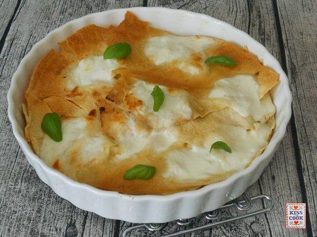 Una focaccia preparata con il pane carasau, farcita prima con formaggio e basilico poi riscaldata in forno: un piatto semplice, rapidissimo e molto buono. .