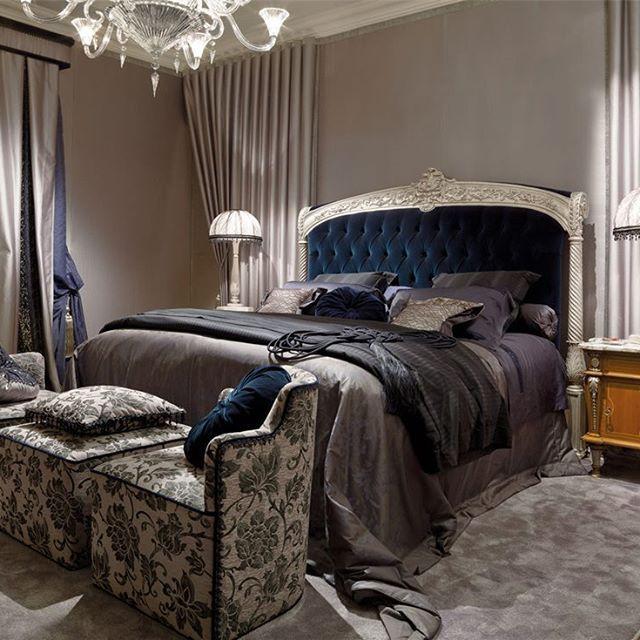 ✨Это, поистине, царское ложе, обеспечит спокойный сон, приятный отдых и эстетическое наслаждение. Мягкое высокое изголовье обито тканью и декорировано каретной стяжкой. Оно оформлено позолоченной рамой с двумя вертикальными стойками и богатым резным декором поверху.  #мягкиекровати #мягкиестены #мягкие_кровати #мягкие_стены   #мягкоеизголовье #каретнаястяжка #изголовье #мебель #дизайн