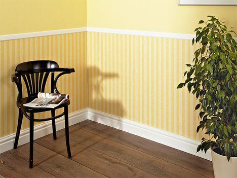Halbhohe Stuckleisten Mit Gelber Wandgestaltung Im Landhausstil