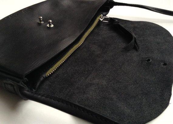 Kleine lederen tas in middernacht zwart. door halfmoonatelier