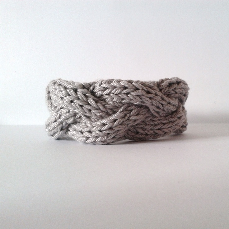 DIY Knitted Bracelets : testé et approuvé : http://knittinat.kazeo.com/accessoires/bracelets-torsades,a3647558.html
