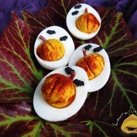Uova trasformate in zucche di Halloween. Condivisa da: http://blog.giallozafferano.it/lauraricette
