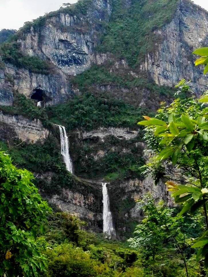 Colombia - Quebrada La Venta, esta formación natural es conocida como las ventanas de Tisquizoque, Florian, Santander.